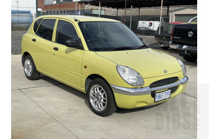 9/1999 Daihatsu Sirion   5d Hatchback Yellow 1.0L